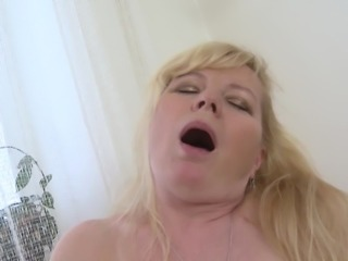 Moans as mature blonde screws her sex hole with gigantic toy