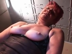 Nasty mature vibing and rubbing her clit