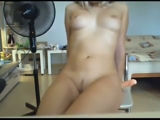 Pretty camgirl makes an eye contact with me while she's giving me head