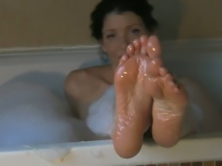 Kinky brunette MILF masturbated in the bath while flashing her sexy feet