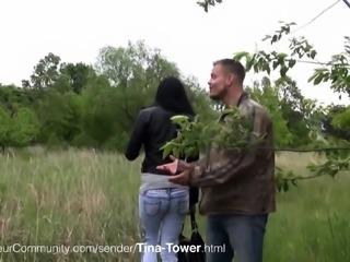 Tattowierte Schlampe Tina beim Blasen