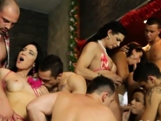Raunchy orgy session with bisexual dudes