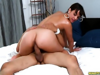 Brunette senorita with round butt gives unthinkable oral pleasure