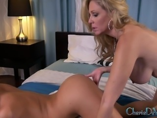 Foxy blonde lesbians make out before they taste their pussies