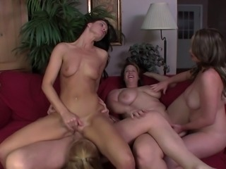 Curvy ladies and a skinny friend have a fantastic fivesome