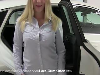 Sexy Blondine Lara beim Blasen
