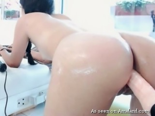 Stunning pale skin curvy webcam model trying fuck machine
