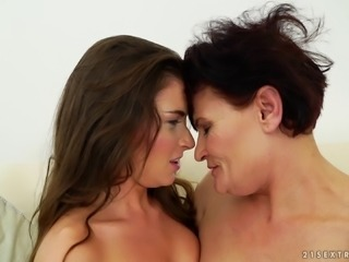 Anita Bellini and Dolly Bee have a nice time during a lesbian fuck