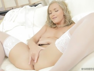 Blonde is on the way to orgasm in solo action