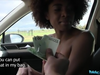 ebony cutie wanks in the car for euros