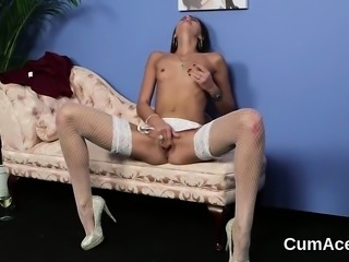 Kinky bombshell gets cumshot on her face swallowing all the