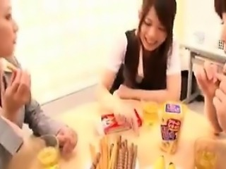 Elegant Japanese babe puts her lovely lips to work on a sti