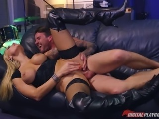 Blazing babe test drives her new guitarist