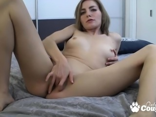 Petite blondie rubbing her clit on cam