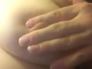 gros pland sur mon mamelon crissement dur