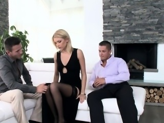 Classy stunner doublepenetrated in threeway