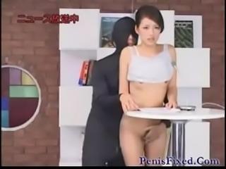 นักข่าวสาวสวยโดนชายชุด