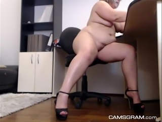 Yummy Curvy Camgirl Plays For You