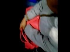 Arrimando a chica en el bus