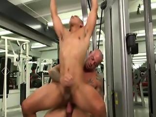 Muscly jock enjoys riding throbbing cock in gym