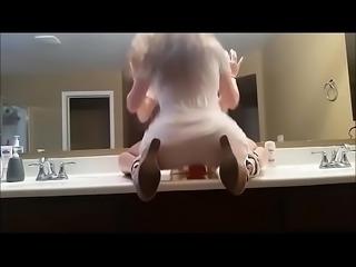 Cockhardner en el ba&ntilde_o jugando con su dildo en vestido blanco
