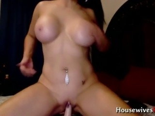 Now here is a busty woman who knows how to use her sex toy on cam