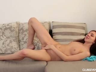 Veronika L gets naked for a formidable masutrbation experience