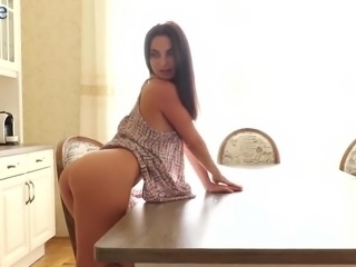 Sexy Aliana finds it great to have spare time to please her wet pussy
