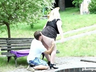 Arousing face sitting and pussy wasting with round Domme in the park
