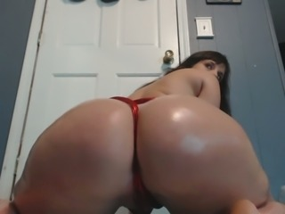 Kinky sexy web cam babe was shaking her perfect oiled booty