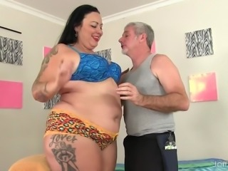 Fat Honey Calista Roxxx Gets a Massage and a Dildo Up In Her Cunt