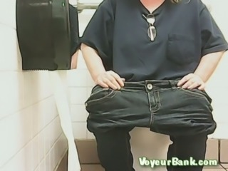 Chunky mature white lady in black jeans pisses in the toilet