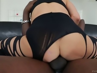 Wild MILF with perfect curves Alexis Fawx works on strong fat black cock
