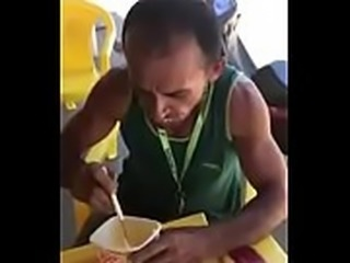 Homem comendo manteiga