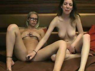 amateur lovelywoman23 fingering herself on live webcam
