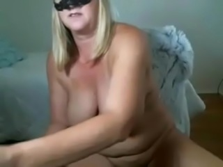Amatuer milf coverd face and making her pussy cum