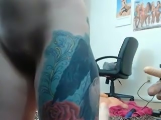 Tattooed toy addicted webcam nympho was fucking with a sex machine