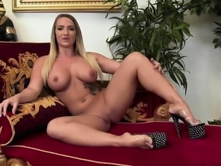 Liz Honey gets fingered and fucked