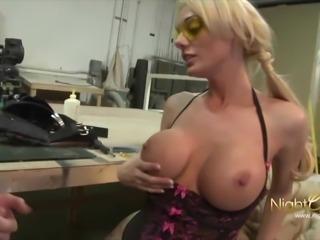 Blondine braucht dicken Schwanz