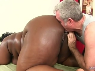Really chunky black nympho Daphne Daniels gives grey haired man a good BJ