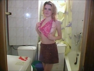 This hoe loves to relieve the pain of bladder by peeing in front of the camera