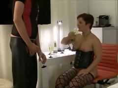 Perverse Pornofreundin trinkt 7 Glaeser frische Pisse