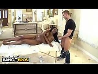 Fazendo massagem em uma negra cavala e ganhando um boquete de pagamento