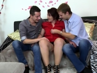 Blonde and big boobs brunette in threesome