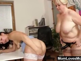 Amateur-mom loves housewife plus shag toys