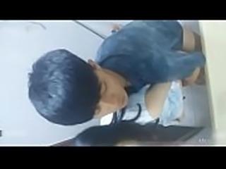 上饶一中早熟学生课间十分钟在厕所操女同学,手机拍摄还给同学炫耀被泄漏(裸聊直播加微信17176943885)