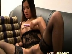 thai girl masturbates and squirts
