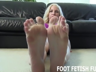 I love it when naughty boys jerk off to my feet