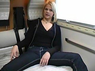 Amateur Blonde im Wohnwagen zum brutalen Sex