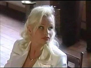 Termine macht man meist per Fax oder Fon. Um an Porno Shootingstar Gina Wild heranzukommen, braucht's freilich die Gunst des Managers. Kein Fehler, das merkt eine junge Fernseh-Redakteurin schneIl. Der Typ bietet optisch was, ist charmant, und er hat ein